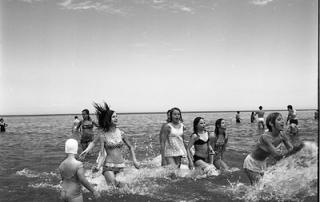 Vivian-Maier-girls-wading-in-lake